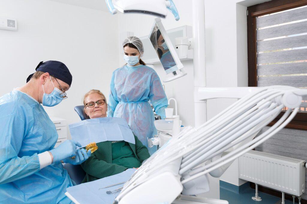 cum-poate-afecta-bruxismul-implanturile-dentare